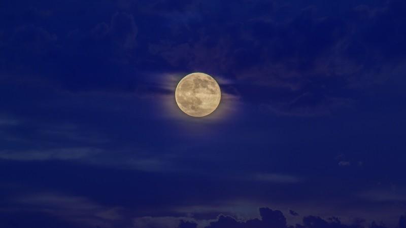 луна в ночном небе
