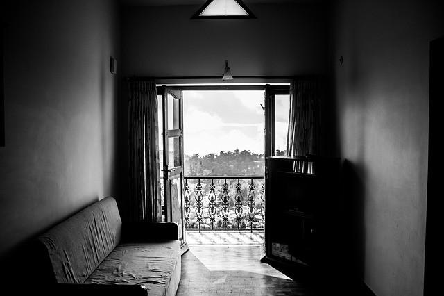 комната с открытыми окнами