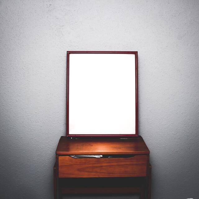 зеркало на тумбочке