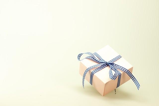 подарок в светлой обертке