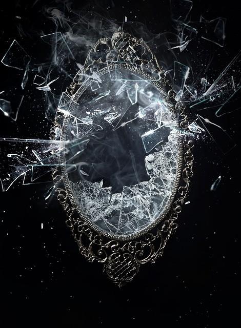 разбитое зеркало на черном фоне