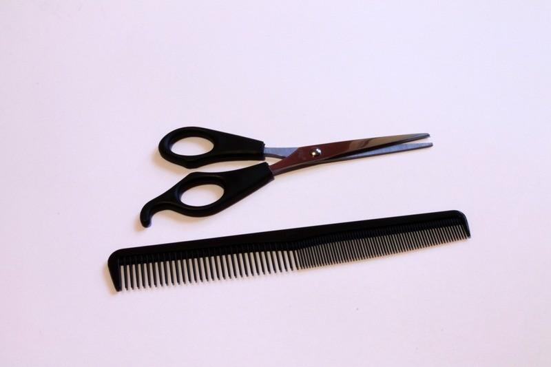 расческа и ножницы для стрижки волос