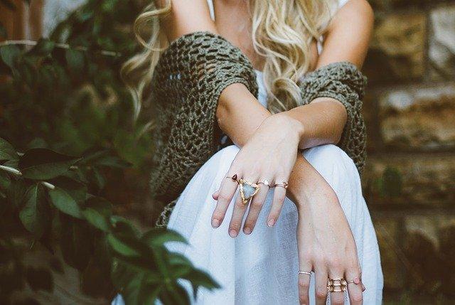 девушка с кольцами на каждом пальце