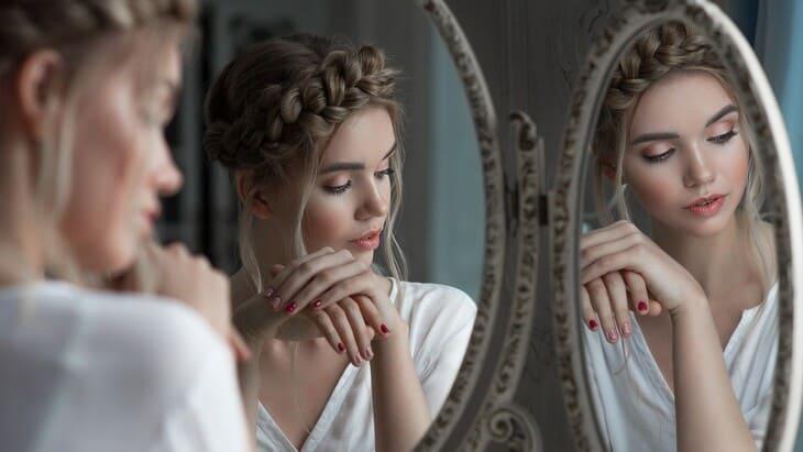 Почему нельзя спать напротив зеркала: народные приметы и бытовые причины