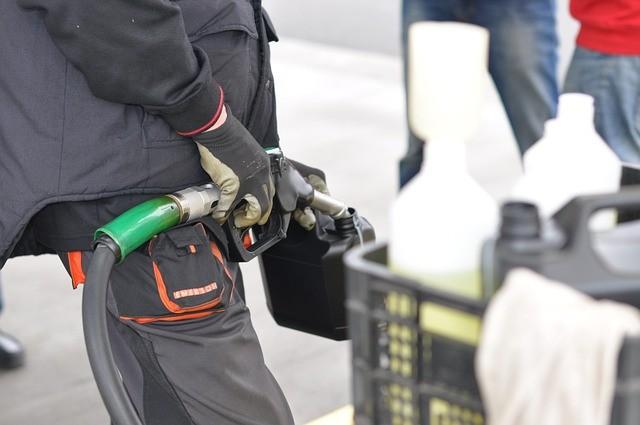 заправка канистры бензином