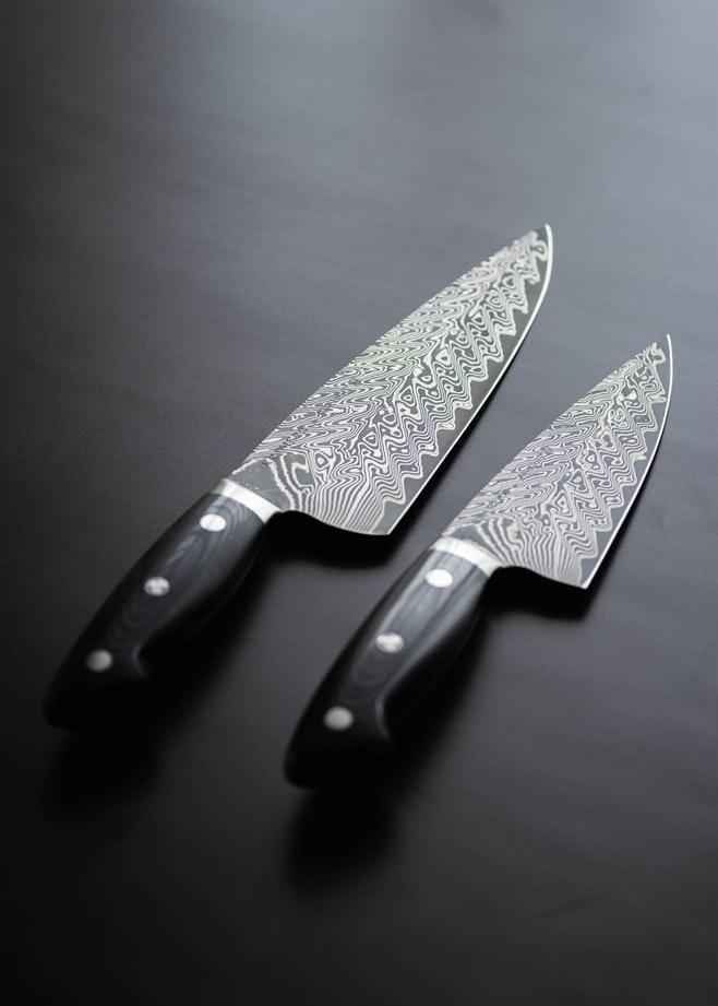 два ножа с узорами