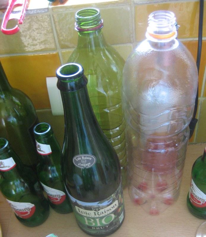 пустые стеклянные и пластиковые бутылки