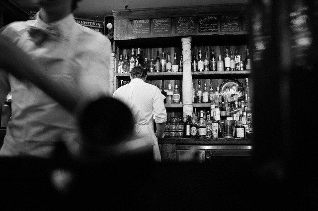 официанты в баре
