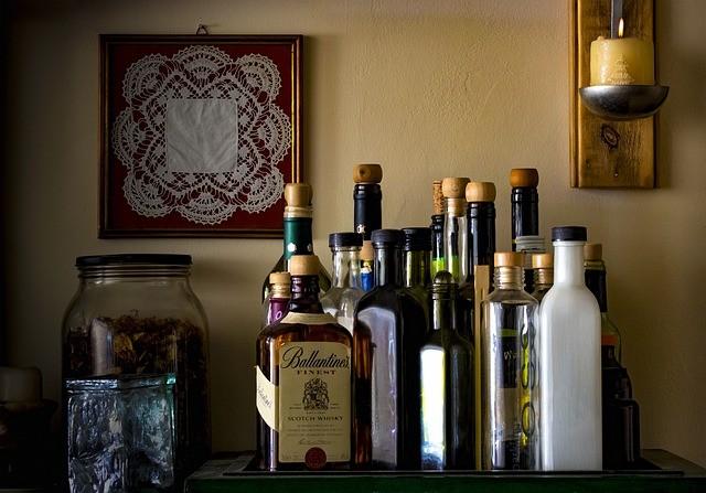 бутылки с разным алкоголем на столе