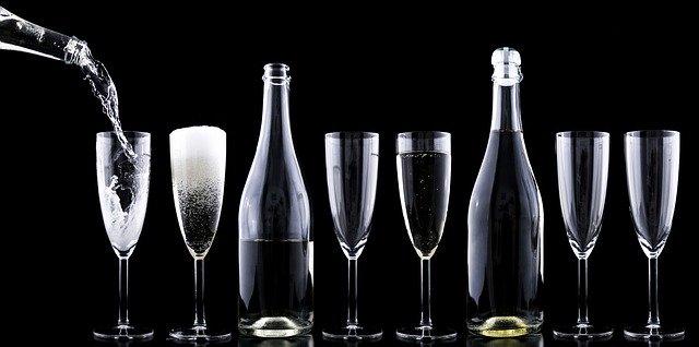 бокалы и бутылки с жидкостью