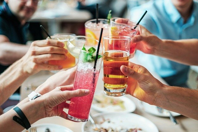 люди чокаются бокалами с разными напитками
