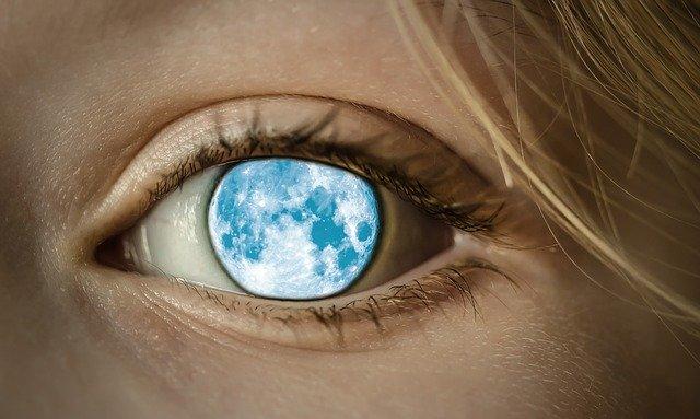 луна в глазу