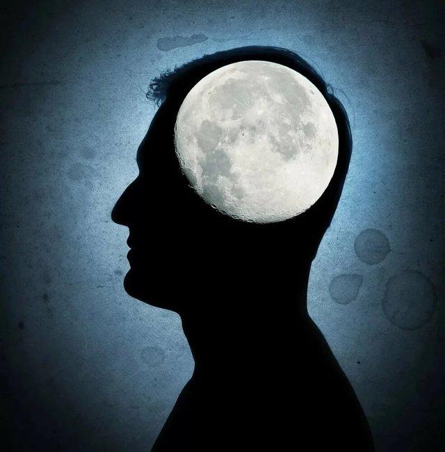 силуэт человека и луна