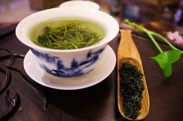 чашка зеленого чая с заваркой