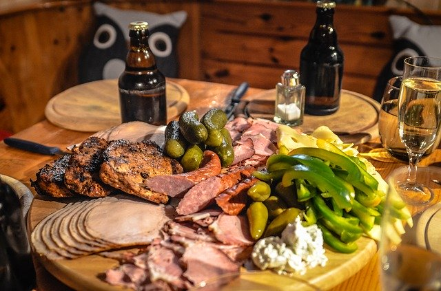 пиво и еда на столе