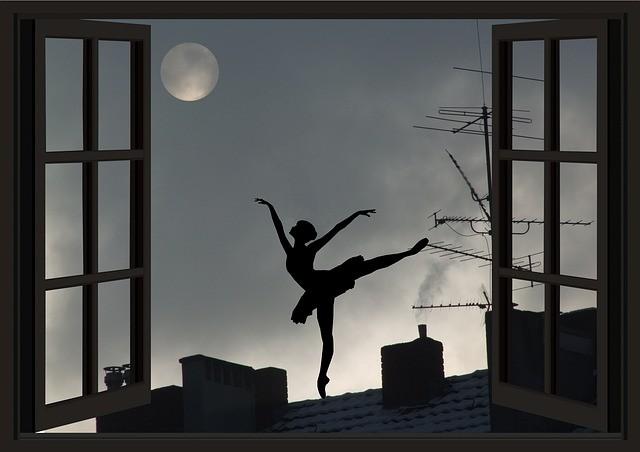 силуэт в открытом окне