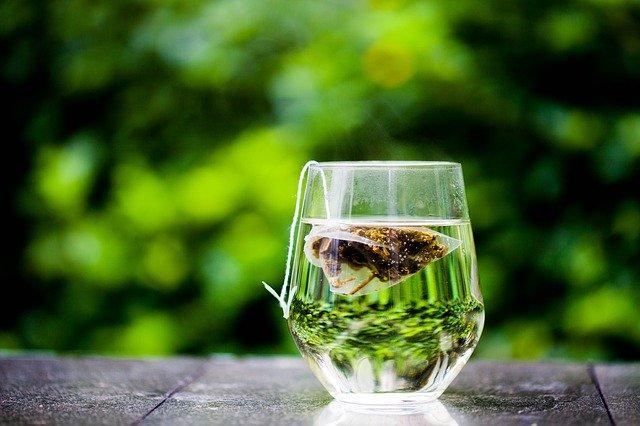 чашка зеленого чая и чайный пакетик