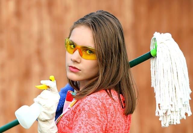 девушка собирается делать уборку