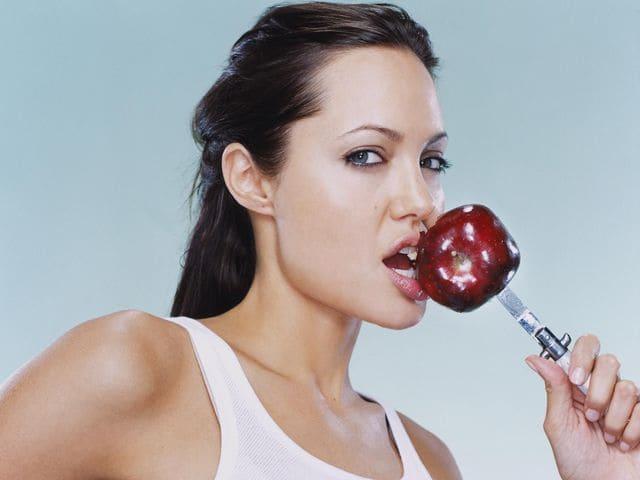 Анджелина Джоли ест с ножа