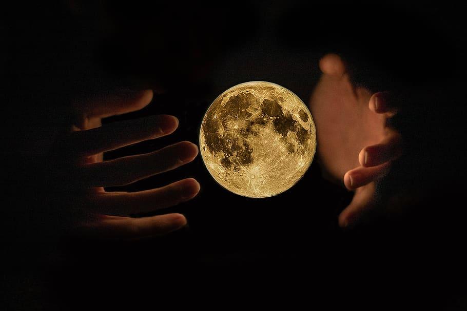 ночь, руки и луна