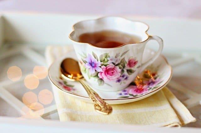чашка чая и ложка лежит рядом