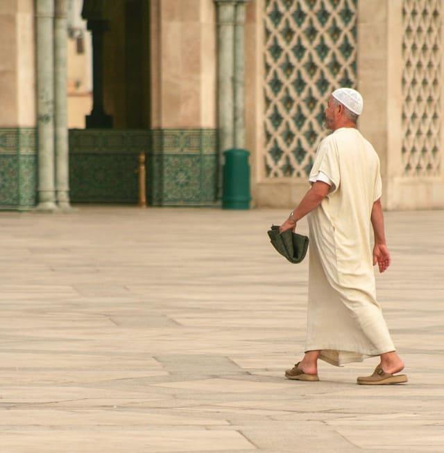 практично одетый мужчина мусульманин
