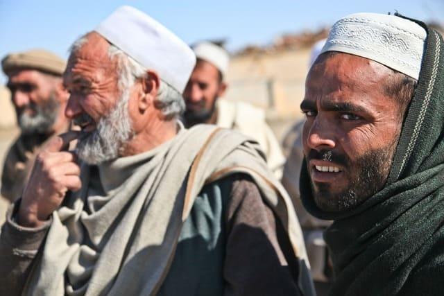 пожилые мусульмане на улице