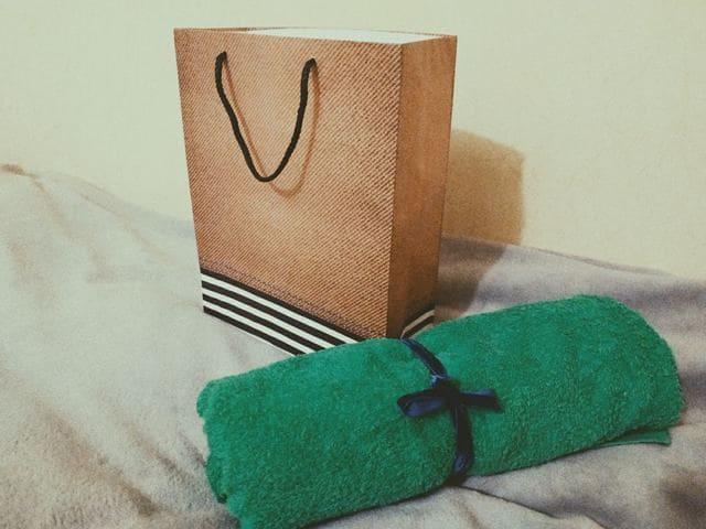 подарочный пакет и полотенце
