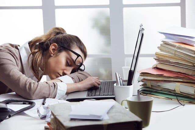 девушка заснула на работе