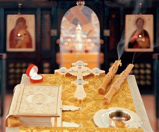 подготовка к церемонии в церкви