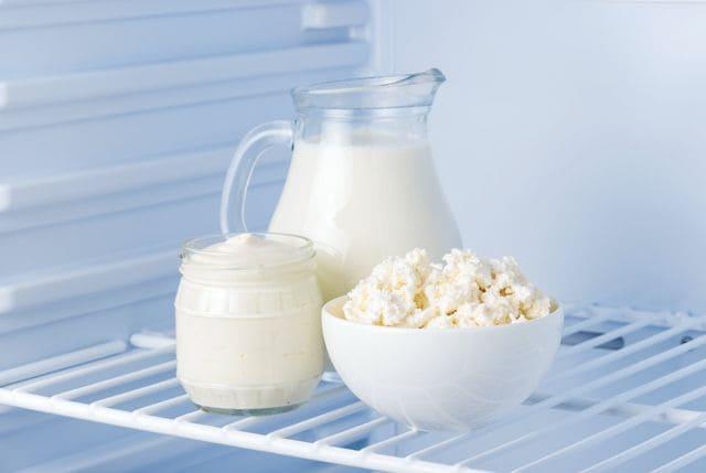 кисломолочные продукты в золодильнике