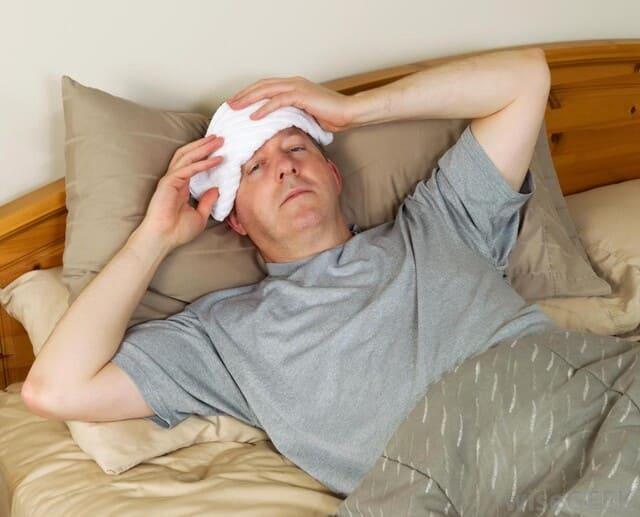 мужчина с компрессом от головной боли