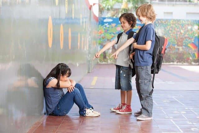 дети дразнят девочку