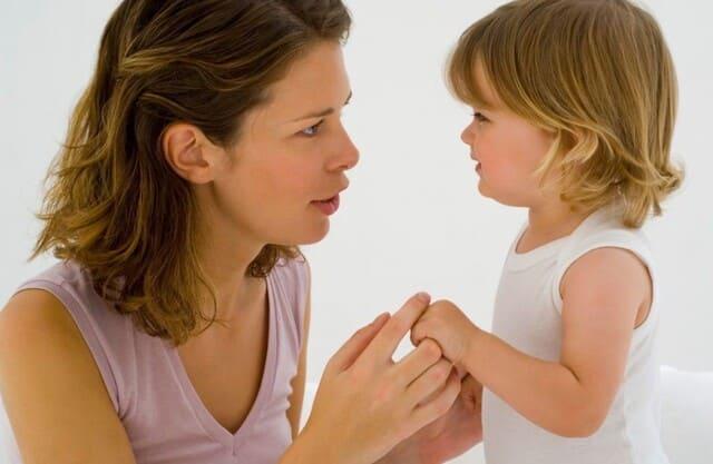 мамаразговаривает с дочкой