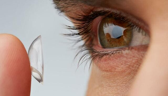 сон в контактных линзах негативно влияет на глаза