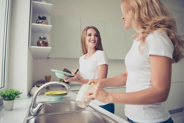 Иногда у гостей хватает настойчивости, чтобы самостоятельно вымыть посуду за собой, а это может спровоцировать нежелательные последствия.
