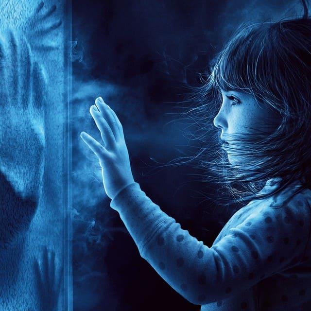 девочка и руки за стеклом