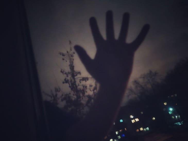 Почему нельзя смотреть в окно ночью: 5 примет и бытовой смысл