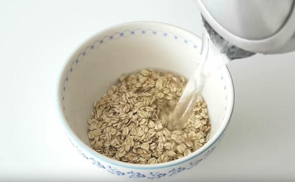 тарелка овсяной каши на молоке
