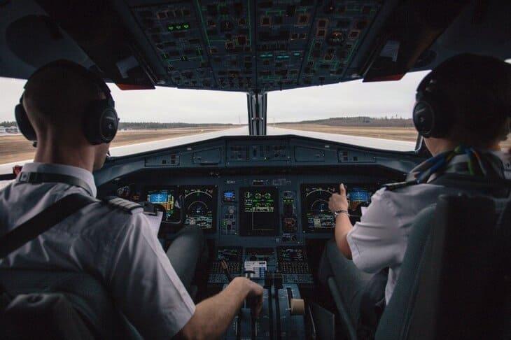 Почему нельзя носить бороду и усы пилотам самолета: правда или вымысел