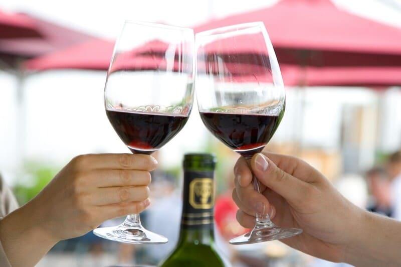 чоканье бокалами с вином