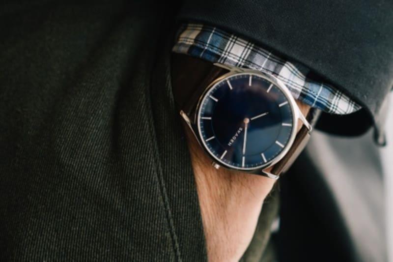 рука с часами в кармане
